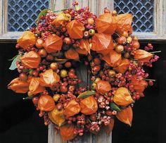 Vertreibt das Grau trüber Herbsttage und bringt Farbe ins Haus: ein farbefrohes Team aus Lampionblumen, Hagebutten, Zieräpfeln und Pfaffenhütchen. Zweige von...