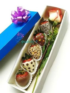 58 Ideas for chocolate covered strawberries ideas gift - Chocolate 🍫 Chocolate Dipped Strawberries, Chocolate Covered Strawberries, Strawberry With Chocolate, Fresas Chocolate, Diy Bouquet, Candy Bouquet, Boquet, Valentine Chocolate, Chocolate Gifts