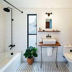 simplesmente de queixo caído com esse combo de chuveiro e torneira da banheira preto com tubulação aparente!! 🙋😱 📷 @pavonettiarchitecture
