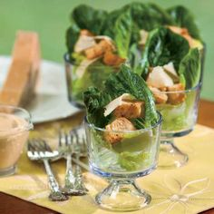 Cremiger Caesar-Salat in einem Glas Cajun-Croutons - Salate - . Fruit Recipes, Salad Recipes, Healthy Recipes, Caesars Salad, Salad Presentation, Quinoa Salat, Cocktail Party Food, Berry, Food Carving