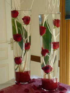 Des roses rouge , de l'eau , des branches blanche , une grande feuille verte et voilà une jolie déco
