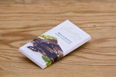 Mint Crunch Bar von Butlers Chocolates. 100 Gramm Tafel dunkle Schokolade mit Minzstückchen. Die Firma Butlers wurde 1932 in Dublin gegründet und ist ein Schokoladenhersteller, der für die Qualität seiner Produkte bekannt ist und dafür mit zahlreichen Auszeichnungen belohnt wurde.