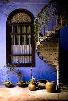 tolle schnörkelige Treppe - zur Dachterrasse?