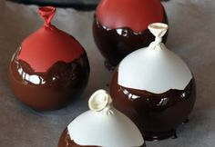 dip balloons in chocolate. you now have chocolate bowls! Oreo Desserts, Dessert Oreo, Fancy Desserts, Chocolate Work, Chocolate Cups, Chocolate Recipes, Melted Chocolate, Chocolate Bowls With Balloons, Chocolates