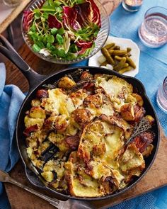 Potato, bacon and raclette skillet gratin Raclette Vegan, Fondue Raclette, Raclette Cheese, Raclette Ideas, Raclette Party, Cheese Recipes, Cooking Recipes, Swiss Recipes, Side Dishes