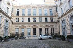 Hôtel Titon (1776) 58, rue du Faubourg-Poissonnière Paris 75010. Architecte : Jean-Charles Delafosse. Façade sur cour.