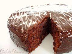 Çikolata ve vişnenin müthiş uyumu bu keki yerken de fazlasıyla hissediliyor. Tatlı ve ekşinin damaktaki birlikteliğini seviyorum ben. Aslında Edirne'den gelen badem ezmelerini değerlendirmek için yapmıştım bu keki. Badem ezmesinin keklerde, tartlarda kullanıldığını duymuştum ama hiç denememiştim. Çok farklı bir aroma katacağını sanmıştım yerken ama