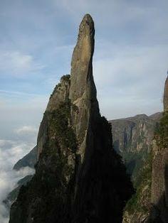 1º Agulha do Diabo (Serra dos Órgãos/RJ);Trata-se de uma agulha com mais de 300 metros de proeminência, cujo cume está à 2.050m. Escalada técnica para acessar o cume. O charme está no topo, onde mal cabem 4 pessoas em um plano.Imagem