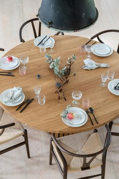 Rundt_plankebord_mjölner_træfolk-11 Plank Table, Table Settings, Dining Table, Table Decorations, Room, House, Furniture, Home Decor, Mesa Redonda