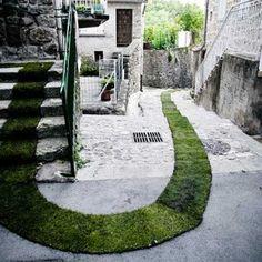 Land Art : artiste : Gaëlle VILLEDARY – Marseille – FRANCE www.gaellevilledary.net Une oeuvre : TAPIS ROUGE ! – 2011 – Jaujac – FRANCE