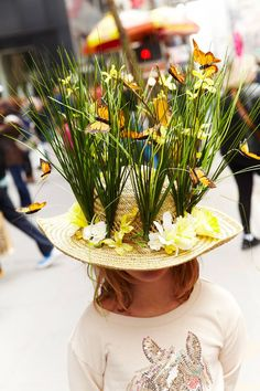 Festive, Crazy Hats at New York's Easter Parade - - Where can we get a beehive hat covered in honeybees? Crazy Hat Day, Crazy Hats, Easter Hat Parade, Silly Hats, Funny Hats To Make, Mad Hatter Costumes, Mad Tea Parties, Spring Hats, Derby Hats