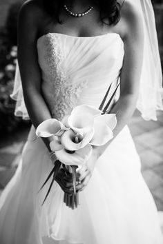 Bruidsfotografie Den Haag, bruid in trouwjurk met bruidsboeket #bruidsfotograaf #bruidsfotografie Dario Endara