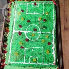 Ein einfacher Fußball Kuchen für kleine Kicker als Fußballfeld, den man auch super vorbereiten kann. Fußballkuchen @ de.allrecipes.com