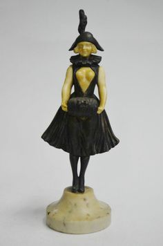 Georges Omerth, (1895-1925). Escultura francesa de bronze e marfim cerca de 1920 representando colombina com vestido sensual esvoaçante revelando seus seios. Alt. 27 cm. Assinado. Base de ônix. Vendido R$3.500,00. Jul15.