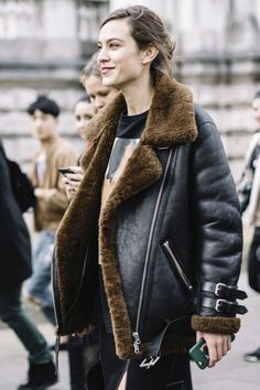 Alexa Chung At London Fashion Week - The Street Style Looks You Street Style 2017, Street Style Women, Alexa Chung Style, London Fashion Weeks, London Stil, Mode Mantel, Aviator Jackets, Style Snaps, Cool Street Fashion