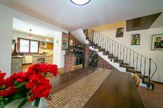 Avem deosebita plăcere de a vă oferi spre achiziție o vilă cu un stil caracteristic zonelor rurale din Italia. Ca și detalii se remarcă: pardoseala ceramică de la parter, parchetul din lemn masiv de la etaj, mozaicul de sticlă și granitul din băi.  Adresă: Cartierul Subcetate, Str. Achile, Nr.