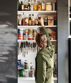 キッチンの戸棚、扉が黒板というすご技。マネしたい。