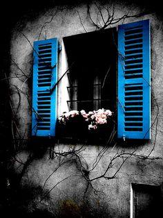 vestita di speranza dietro la finestra 2