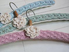 More Crochet Hanger Ideas Crochet Coat, Love Crochet, Beautiful Crochet, Crochet Clothes, Crochet Flowers, Afghan Crochet Patterns, Crochet Stitches, Little Presents, Crochet Gratis
