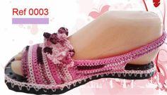 Resultado de imagen para sandalias tejidas a crochet para adultos Crochet Sandals, Knitted Slippers, Crochet Slippers, Crochet Woman, Diy Crochet, Sock Shoes, Baby Shoes, Flip Flop Slippers, Crochet Bikini Top