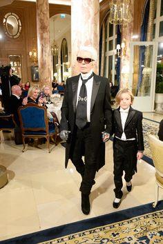 Karl Lagerfled et Hudson Kroenig au défilé Chanel Métiers d'Art 2016