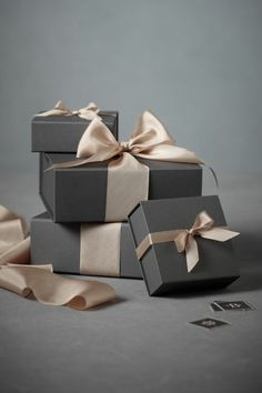 Elegant christmas gift wrapping ideas you can make yourself 00 00003 Elegant Gift Wrapping, Creative Gift Wrapping, Creative Gifts, Wrapping Ideas, Wrapping Gifts, Paper Wrapping, Jewelry Packaging, Gift Packaging, Packaging Ideas