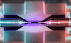 La distance entre les pointes d'aiguille est d'environ deux millimètres. Lorsqu'il est éclairé par un laser de couleur bleue-violette, l'ion de strontium piégé dans l'expérience absorbe et réémet des photons rapidement. Avec un appareil photo...