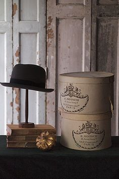 モッチ社のハットボックス-hat & hatbox 1887年に創業した高級帽子専門店 Motsch社。パリ ジョルジュ=サンク店にあった同社が1991年、エルメス傘下に入った後もその技術が引き継がれ、現在もこの場所は特にMotsch pour Hermesのラインを多数扱っているそう。イギリス国章に似たライオンとユニコーンの格式高い標章が大きく箱にデザインされ、ぴっと背を正したくなる軌道整った美しさが。紙製箱に染み、お帽子に虫喰いがあるお品が御座います。帽子と箱のセットになりまして、帽子はいずれもMotsch社製では御座いません。