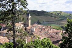 In the Tarn, Lautrec, birthplace of the family of the famous painter, is a remarkable medieval city perched on a rocky outcrop. You have a beautiful view of the valley Agoût, the Montagne Noire and the Pyrenees.