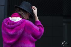 Suéter con capucha y bufanda en los tonos.