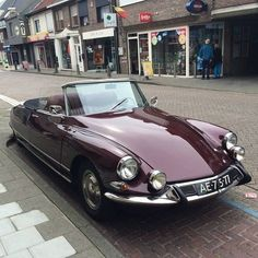Citroen DS 21 Cabriolet How wonderful! Don't think I've ever seen a DS in cabriolet form. by RoyLeijten Auto Retro, Retro Cars, Vintage Cars, Cool Sports Cars, Sport Cars, Dream Cars, Psa Peugeot Citroen, Cabriolet, Top Cars