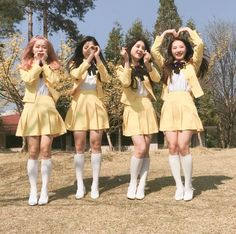 Welcome to FYLOONA! your best source for everything about Blockberry Creative's girl group, LOOΠΔ. Kpop Girl Groups, Korean Girl Groups, Kpop Girls, Sooyoung, Cool Girl, My Girl, Korean Best Friends, J Pop, Olivia Hye