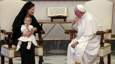 Pikkuprinsessa Leonore istui kiltisti isoäitinsä Silvian sylissä tapaamisen ajan ja maisteli avaimneperää.