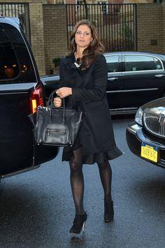 """Pin for Later: Wenn es um Handtaschen geht haben alle Royals den gleichen Geschmack Prinzessin Madeleine von Sweden Mit ihrer """"Phantom"""" Tasche von Céline bei einem Besuch in New York."""