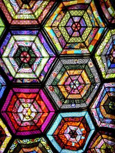 """This quilt looks like a stained glass window. What a wonderful idea. make a """"quilt"""" from stained glass! Colchas Quilt, Patchwork Quilt, Hexagon Quilt, Scrappy Quilts, Quilt Blocks, Quilt Top, Quilting Projects, Quilting Designs, Stained Glass Quilt"""