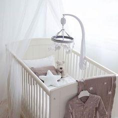 NEW IN! Valikoimassa nyt uutena Baby's Onlyn valkoinen verhokatos, jonka voit ripustaa joko sängyn yläpuolelle tai lastenhuoneen nurkkaan luoden lapsille tunnelmallisen leikkipaikan. Kurkkaa lisää verkkokaupasta, linkki profiilissa ⭐️ Kaunis kuva: @linnolahtiphotography