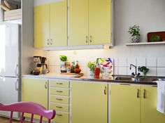Cute kitchen decorating themes kitchen design themes,modular kitchen for small kitchen oak kitchen cabinets,industrial country kitchen rustic kitchen interior design. Cow Kitchen Decor, Yellow Kitchen Decor, Rustic Kitchen, Vintage Kitchen, Kitchen Ideas, Pantry Ideas, Decorating Kitchen, Yellow Kitchen Cupboards, Yellow Cabinets