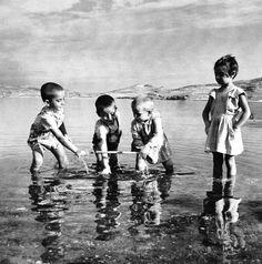 Ιωάννινα ,Ιούλιος 1937 και τα μικρά παιδιά αποφάσισαν να δροσιστούν και να παίξουν στα νερά της Παμβώτιδας.Φωτογραφία Σπύρος Μελετζής