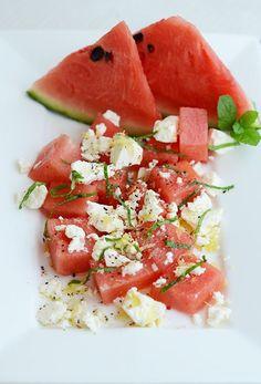 Leicht, würzig, fruchtig, süß: so schmeckt dieser sommerliche Melonensalat mit Schafskäse, der auch noch sehr hübsch aussieht.