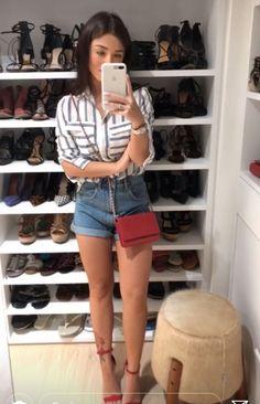 #GuitaModa. Short jeans com barra dobrada, bolsa vermelha, sandália de duas tiras vermelha, camisa listrada branca e cinza