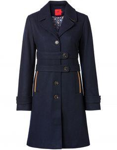 Prachtige lange jas van een fijne mix van wol en polyester. De navy-blauwe jas heeft een mooie vrouwelijke lijn en is afgewerkt met kleurrijke Oilily-binnenvoering en ruime insteekzakken.