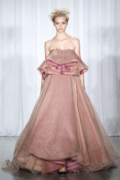 Vestido rosa con maxivolante en el escote, de Zac Posen.
