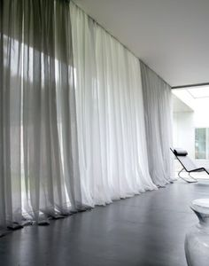 voilage ikea gris banc dans le salon avec sol en parquette noir