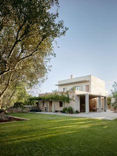 So wie der Schweizer Autor Martin Suter Romane schreibt, baut seine Frau Margrith Nay Suter Häuser: reduziert, minimalistisch, schnörkellos.