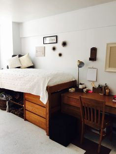 The hardest part of decorating your college dorm has gotta be coming up with ideas! Well no worries, because this list of minimalist dorm room ideas is just the inspiration you need! Minimalist Dorm, Room, Minimalist Apartment Decor, Modern Dorm Room, Cool Dorm Rooms, Dorm Rooms, College Room, Dorm Room Designs, College Bedroom