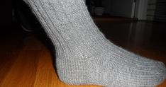 """Disse er strikket i str 40 -41 Jeg har brukt 100g Senjagarn fra nille. (80% ull og 20% nylon) Pinne nr 3,5 Både mann og svigersønn """"mase... Lace Knitting, Knitting Socks, Knitting Patterns, Knit Crochet, Knitting Projects, Kids And Parenting, Mittens, Diy And Crafts, Sewing"""