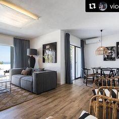 Disfruta del salón de nuestra categoría Apartamentos Deluxe con la compañía de las mejores vistas al mar. #HotelCasaVictoriaSuites #Ibiza #Sea #Relax ☀️🏝⛰🏨. - Imagen cortesía de @vicentemina