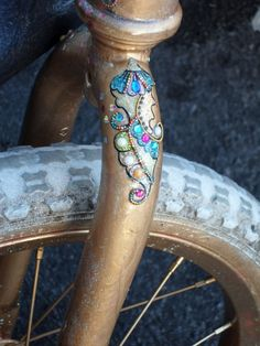 Bindis lacquered on a bike, wow! - katrinleblondblog.com