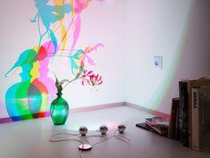 Archie B., Design Christoph Matthias (Lichtlauf)  Drei Aluminiumkugeln, präzise justierbar. Drei Farben, Rot, Grün und Blau. Zusammengeführt, entsteht ein klares weißes Licht. Fällt dieses auf ein Objekt, erzeugt das weiße Licht bunte Schatten - ein magischer Moment.