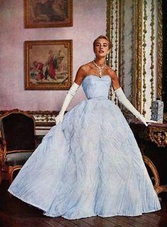 Marie-Thérèse in Pierre Balmain, 1953 - - Pierre Balmain, Vogue Vintage, Vintage Glamour, Vestidos Vintage, Vintage Gowns, Vintage Clothing, Vintage Art, 1950s Prom Dress, Prom Dresses